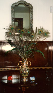 Decorating with peacock feathers for Peacock feather decorations home